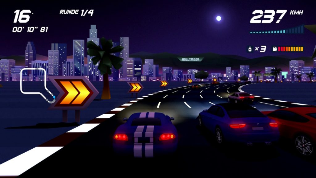 Autos bei Nacht vor Stadtkulisse